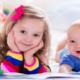 Bild eines Baby im 3 Monat und seiner Schwester