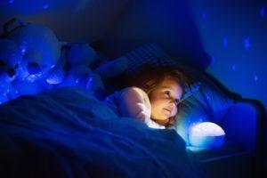 Bild von Kind mit Nachtlicht