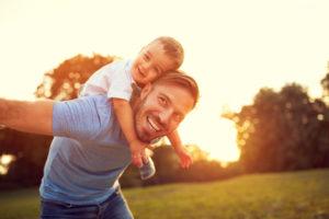 Bild von Papa mit Kind in der Natur