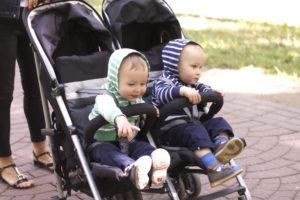 Bild von Kleinkindern im Zwillingsbuggy