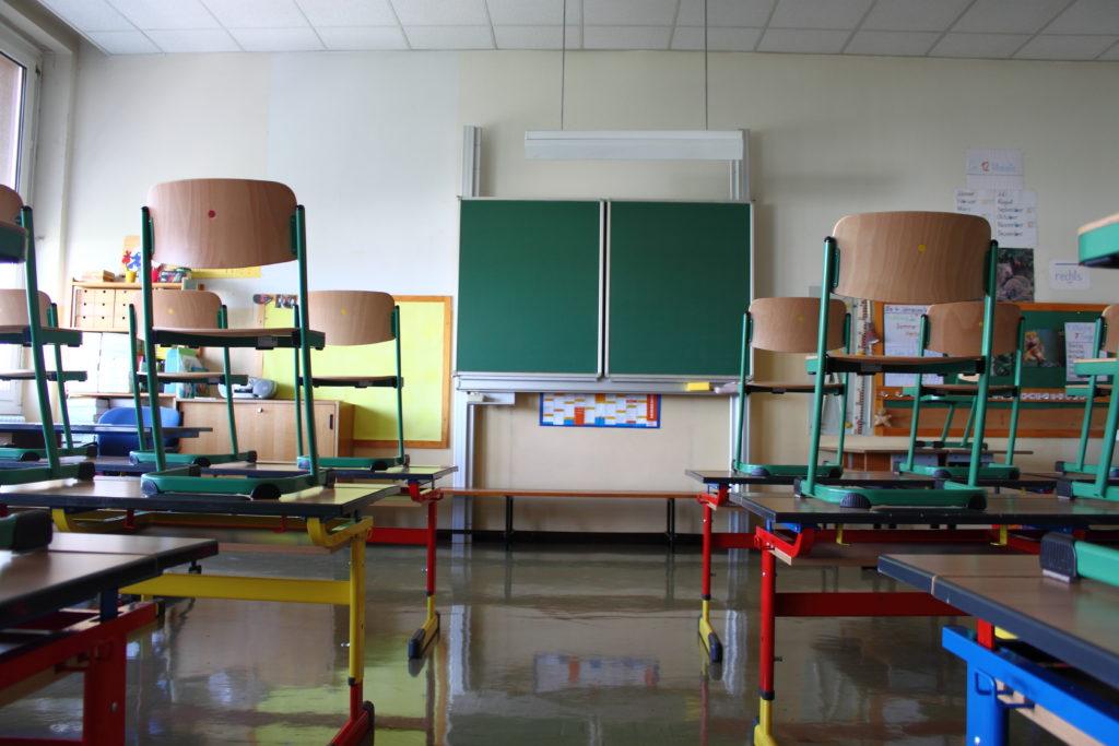 Bild von leerem Klassenraum