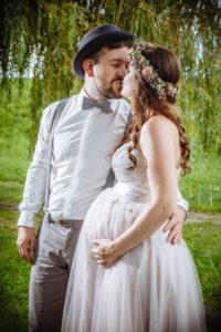 Hochzeitspaar mit schwangerer Braut