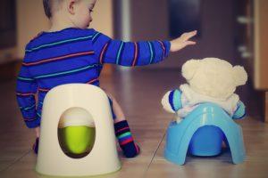 Bild von Kind auf töpfchen