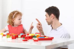 Bild von Vater und Tochter im Streit