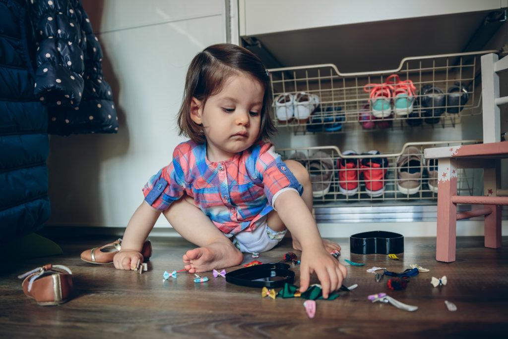 Bild von spielendem Kleinkind