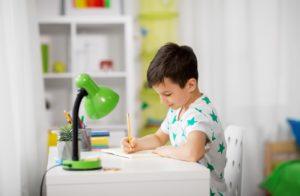 Bild von Kind an Schreibtisch