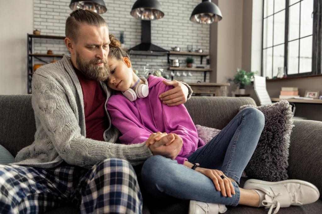 Bild von Vater mit trauriger Tochter