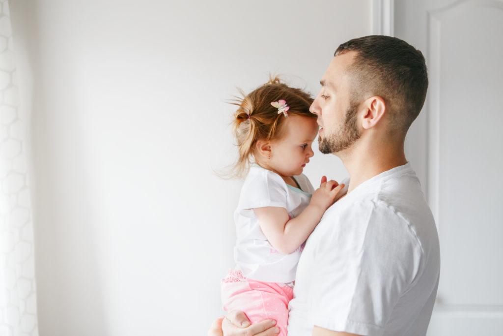 Bild von Vater mit kleiner Tochter
