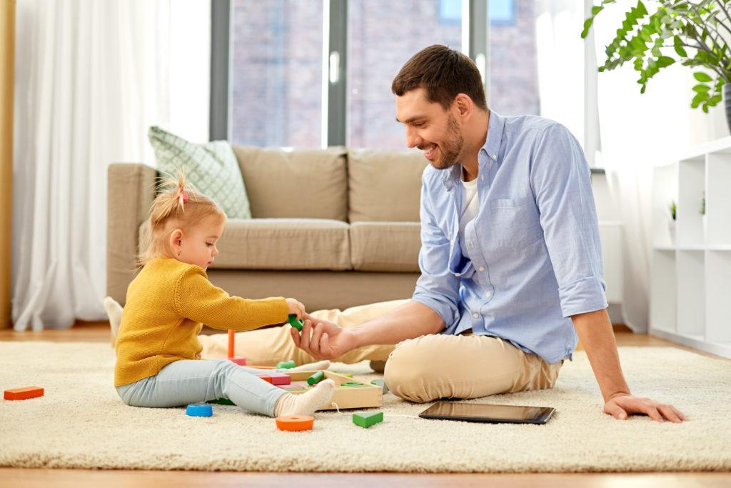 Bild von Vater der mit Tochter spielt