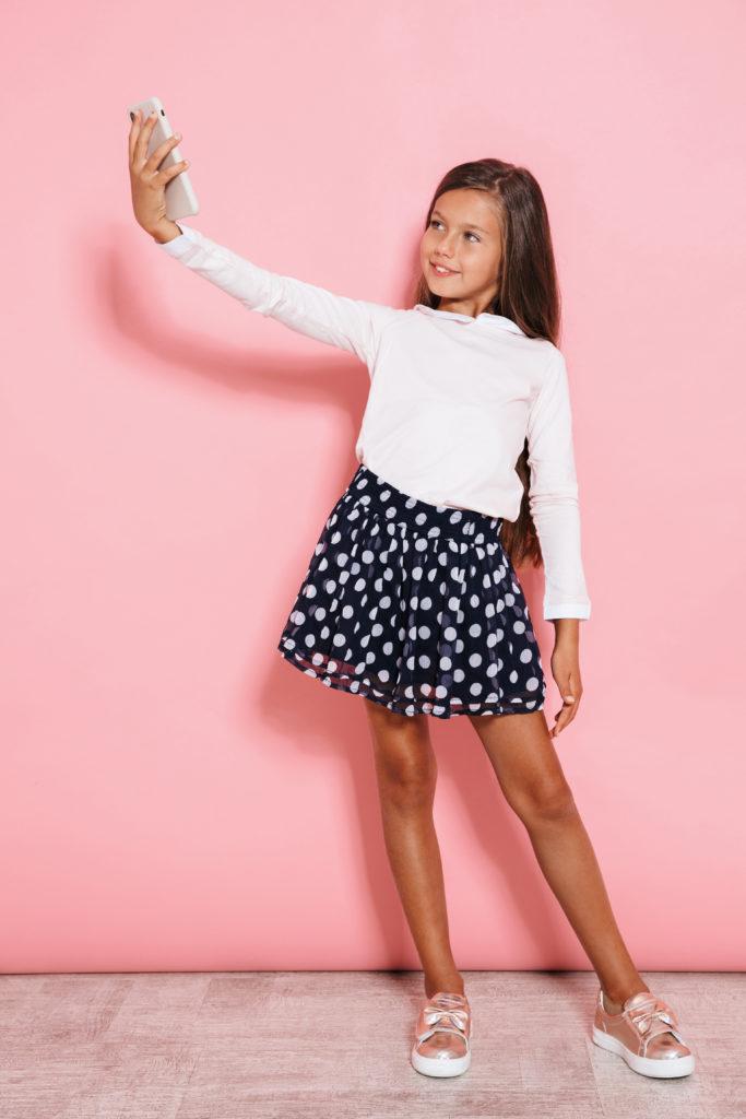 Bild von Kind das ein Selfie macht