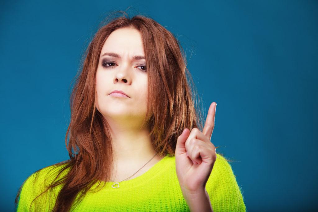 Bild von Frau mit erhobenem Zeigefinger