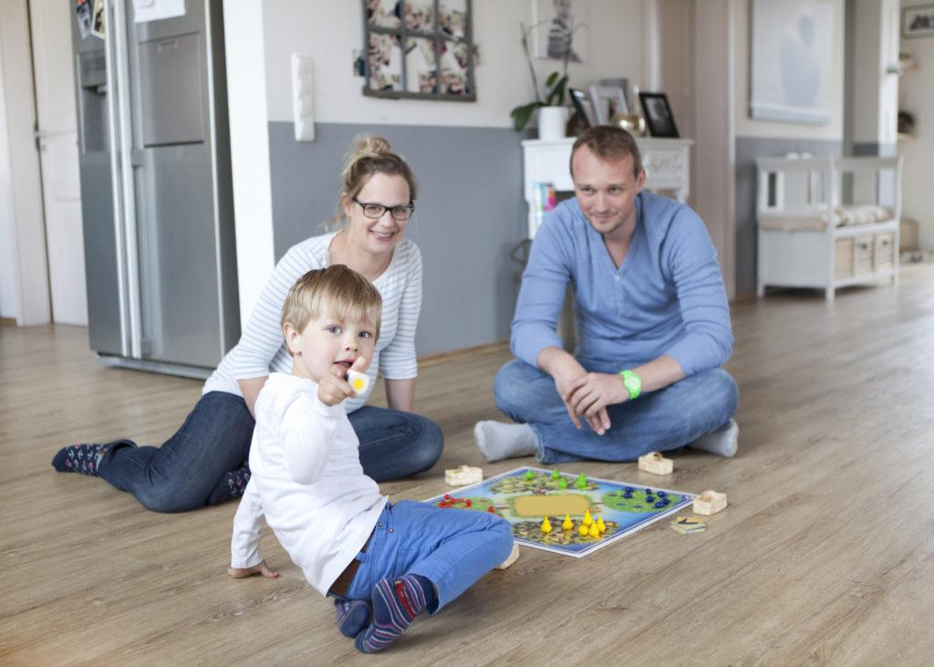 Bild von spielender Familie