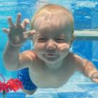 Bild Baby beim Schwimmen