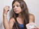Bild einer Jugendlichen mit Pillen / Drogen in der Hand