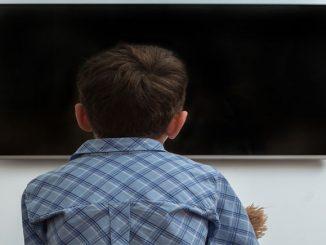 Bild Kind vor dem Fernseher einsam