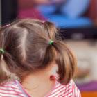 Bild eines Mädchen beim Fernsehen