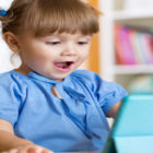 Bild eines kleinen Mädchen mit Tablett