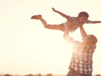 Bild Vater mit Sohn beim spielen