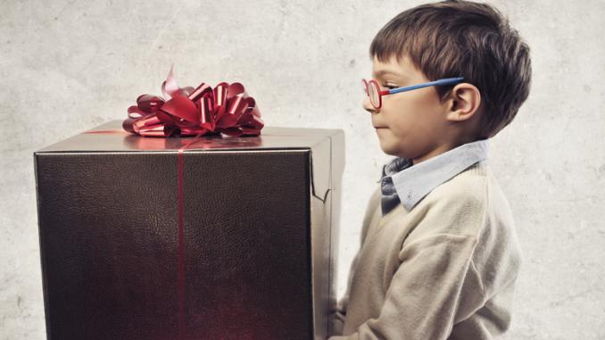 Bild eines 10 jährigen mit einem großen Geschenk