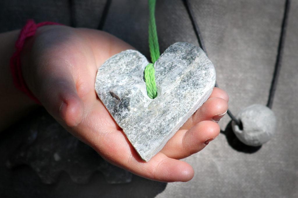 Bild von Herz aus Speckstein an Kordel