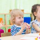 Bild vier Kinder im Kindergarten
