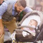 Bild Papa mit Kind im Kinderwagen