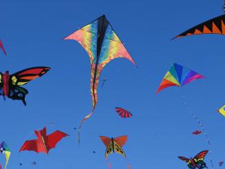 Bild mehrere Drachen beim drachenfliegen