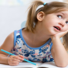Bild eines Kindes im Alter von 4 - 5 Jahre beim lernen