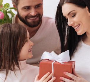 Bild eines Kindes und eines Vaters beii der Übergabe des Muttertagsgeschenk