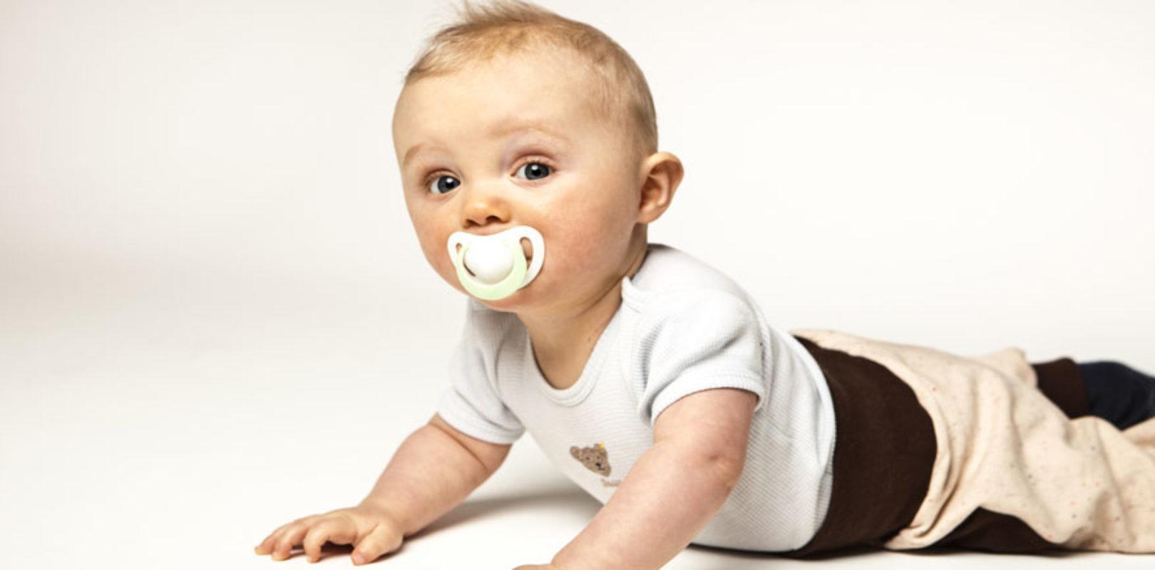 Bild Baby mit einem Nuckel