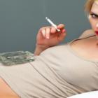 Bild Frau beim rauchen in der Schwangerschaft