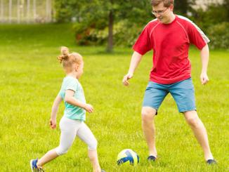 Bild Papa mit Kinder beim Fussball
