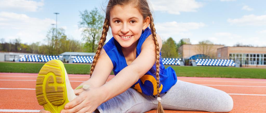 Bild eines Mädchen zwischen 6-10 Jahre beim Sport (warmmamachen)
