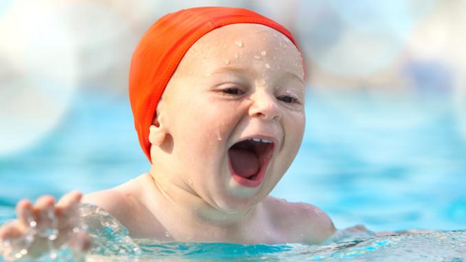 Bild Kind 1-3 Jahre beim Schwimmen