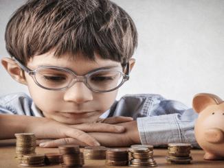 Bild Junge mit Taschengeld