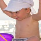 Bild Kleinkind am Strand im Urlaub