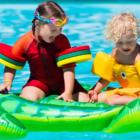 Bild zwei Kinder im Pool im urlaub