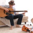 Bild von einem vater und Baby beide mit Guitarre