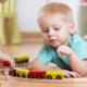Bild zwei Kinder beim Spielen mit der Eisenbahn
