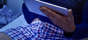 Bild, Mann mit Hand in der Hose